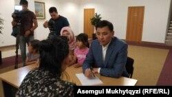 Нұр-Сұлтан қаласының әкімі Алтай Көлгінов және оған шағымын жеткізіп отырған наразы аналардың бірі. Нұр-Сұлтан, 12 шілде 2019 жыл.