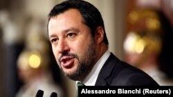 «Ніколи не брав жодного рубля, євро, долара чи літра горілки в Росії», – наголосив італійський віцепрем'єр