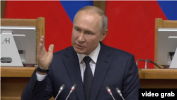 Președintele rus Vladimir Putin vorbind în Duma de Stat.
