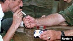 آرشیف، یک مرد در حال سگرت کشیدن در بوسنیا