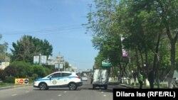 Полицейский автомобиль на дороге в городе во время объявленного в Казахстане ЧП.