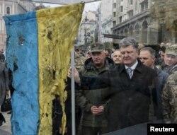 Петр Порошенко и флаг, привезенный в Киев из зоны АТО