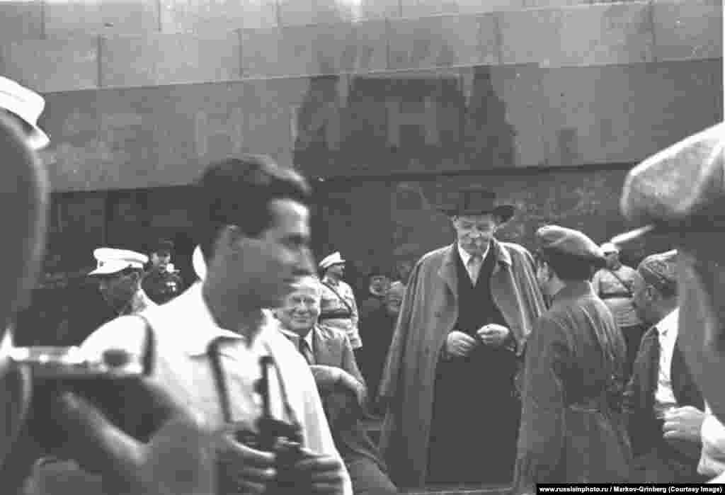 Писатель Максим Горький около Мавзолея Ленина