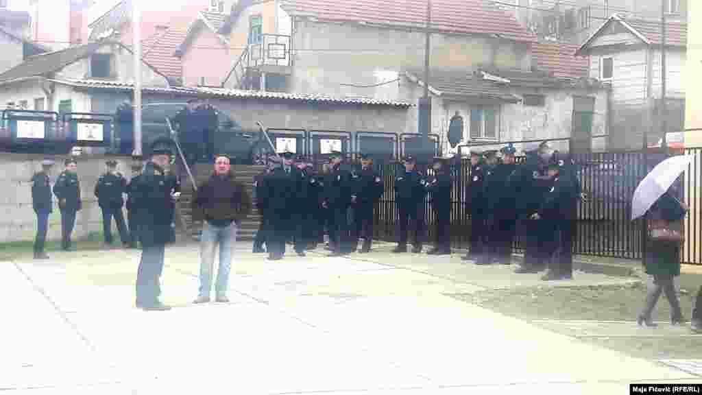 Policija ranije ispred Mitrovačkog dvora u vreme rasprave o unutrašnjem dijalogu