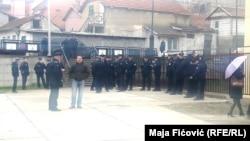 Kosovska policija raspoređena je ispred zgrade u kojoj se skup održava