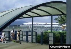 Аэрапорт у горадзе Ціват (Чарнагорыя). Да адлёту ў Менск застаюцца хвіліны. 2005.