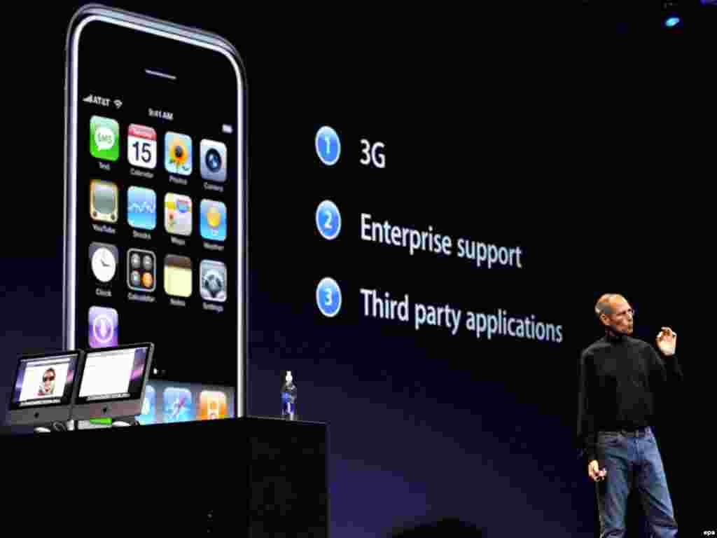 استیو جابز در حال معرفی آی فون 3G در سان فرانسیسکو