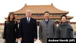 АКШ президенти Дональд Трамп жана Кытайдын лидери Си Цзинпин жубайлары менен.