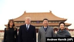 Мелания Трамп, Дональд Трамп, Си Цзиньпин и Пен Люань в Пекине.