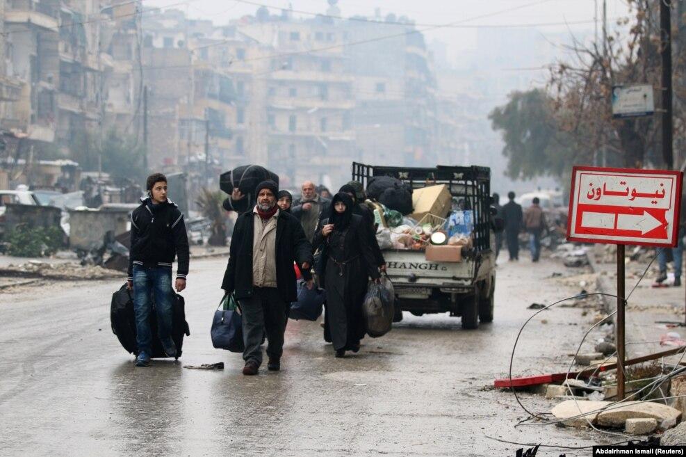 تخلیه غیرنظامیان،در دسامبر، از شرق حلب که در دست شورشیان بود. مقامات آمریکایی حکومت اسد،ایران و روسیه را مسئول کشتار غیرنظامیان خواندند.