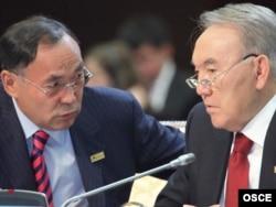 Қазақстан президенті Нұрсұлтан Назарбаев және сол кездегі мемлекеттік хатшы әрі сыртқы істер министрі Қанат Саудабаев. Астана, 1 желтоқсан 2010 жыл.