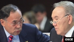 Kazakh President Nursultan Nazarbaev (right) and Foreign Minister Kanat Saudabaev confer at the OSCE summit in Astana.