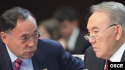 Kazakh President Nursultan Nazarbaev (right) and Foreign Minister Kanat Saudabaev confer at the OSCE summit in Astana.