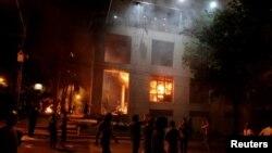 معترضان به نامزدی مجدد «هوراسیو کارتِس» کنگره پاراگوئه را آتش زدند.