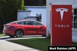 Компания Tesla, цена акций которой взлетела в несколько раз за последние месяцы, стала символом эйфории на Уолл-стрит