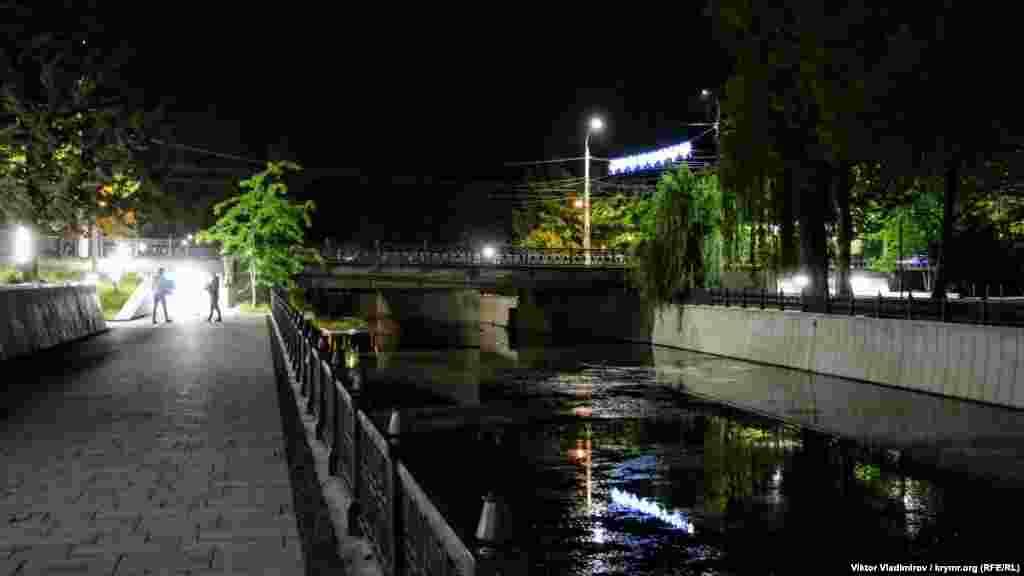Набережна біля річки Салгир. Як виглядає центральна частина Сімферополя пізно увечері – дивіться у фотогалереї