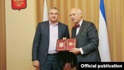 Польский политик Януш Корвин-Микке (справа) и глава администрации аннексированного Крыма Сергей Аксенов