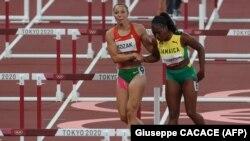 Kozák Luca felsegíti a 100 méteres női gátfutáson versenytársát, a jamaicai Yanique Thompsont, miután elesett a tokiói olimpián.