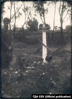 Микола Бокань стоїть біля могили свого сина Костянтина. Місце зберігання фото: ГДА СБ України, фонд 6, справа 75489-фк, том 2