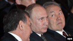 Слева направо: президент Узбекистана Шавкат Мирзияев, президент России Владимир Путин, президент Казахстана Нурсултан Назарбаев. Астана, 8 июня 2017 года.