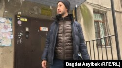 Активист Альнур Ильяшев у подъезда дома, где он живет.
