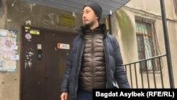 Белсенді Әлнұр Ильяшев өзі тұрып жатқан көппәтерлі үйдің алдында тұр.
