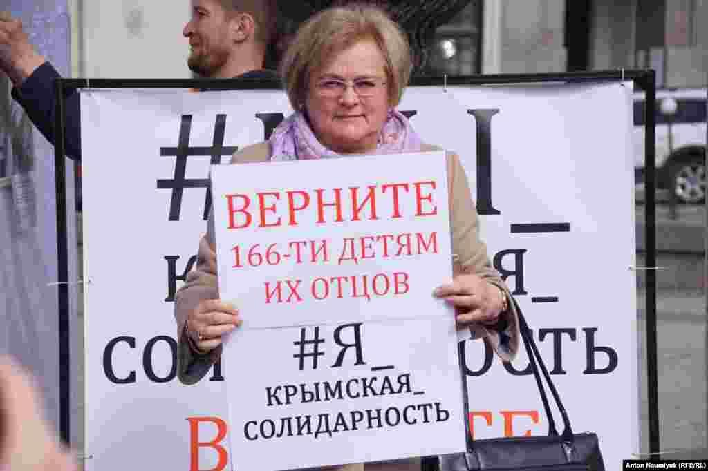 Львовяне фотографировались, держа в руках лозунги: «Я – «Крымская солидарность», «Верните детям их родителей»