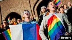 Человек с флагом ЛГБТ-сообщества на митинге в поддержку прав сексуальных меньшинств. Иллюстративное фото.