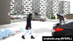 Валянтэры прывезьлі ваду ў менскі раён Новая Баравая, які застаўся без вады ў лістападзе 2020 году.