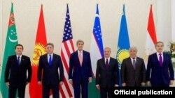 Merkezi Aziýa ýurtlarynyň daşary işler ministrleri we ABŞ-nyň döwlet sekretary Jon Kerri. 1-nnji noýabr, 2015 ý.
