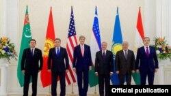 John Kerry dhe pesë ministrat e vendeve të Azisë Qendrore në takimin e vitit të kaluar në Samarkand të Uzbekistanit
