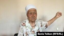 """""""Я не согласна с тем, что правительство распродает богатство земли без разрешения на то народа"""", - говорит Окиза Махамбетова. Атырау, 8 июня 2016 года."""