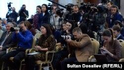 Журналисттер Алмазбек Атамбаевдин маалымат жыйынында, ноябрь, 2016-жыл