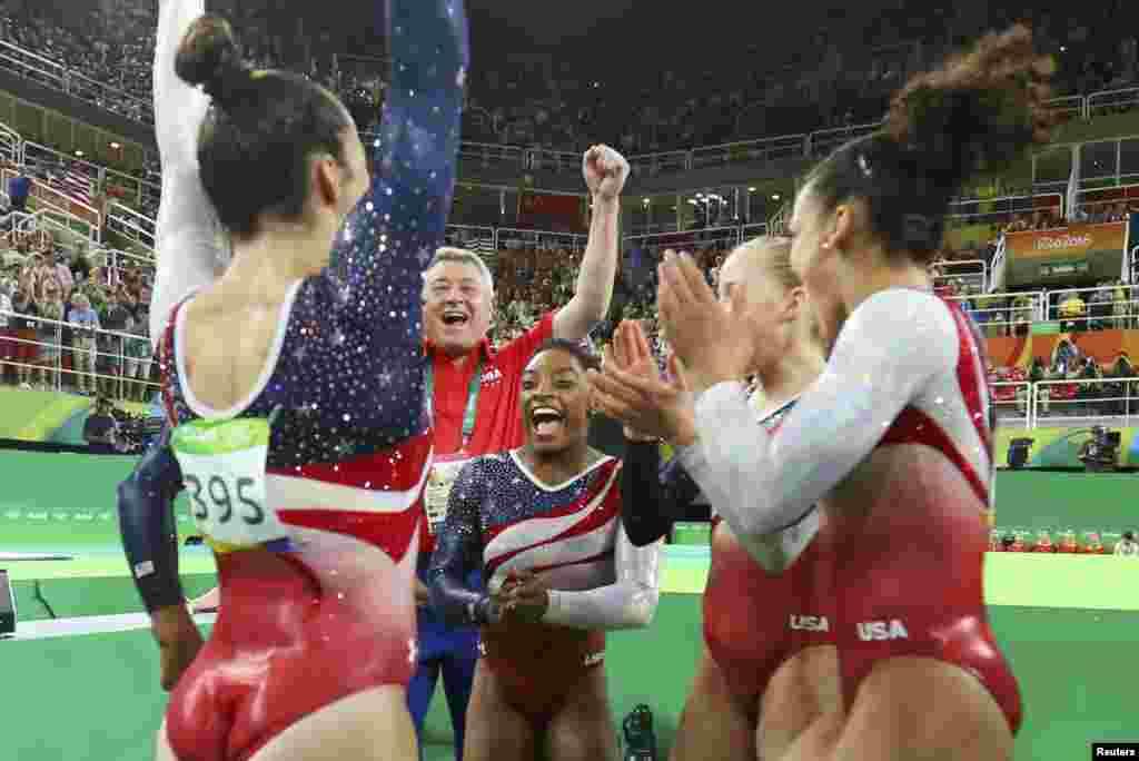 Команда США по художественной гимнастике поздравляет Симону Байлз с успешным выступлением в вольных упражнениях, 9 августа 2016 года