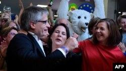 """Германские """"зеленые"""" празднуют победу. Слева-направо: Свен Гигольд, Анналена Баербок, Катрин Дагмар Гёринг-Эккардт"""