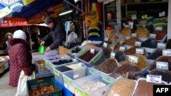 Жінка купує продукти на ринку, Донецьк, лютий 2015 року (Ілюстраційне фото)