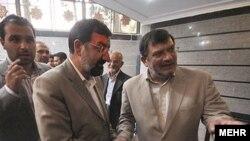 غلامحسین روحالامینی (راست)، پدر محسن، قربانی کهریزک، در کنار محسن رضایی