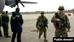 Американські військові на міжнародному летовищі Львова, 17 квітня 2015 року