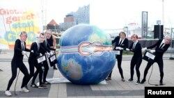 Hamburg. Sammitin keçirildiyi Elbphilharmonie ilə üzbəüz antiqlobalist fəalların aksiyası, 4 iyul, 2017