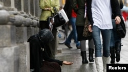 Ilustrativna fotografija - žena 22. decembra 2008. u središtu Barselone moli za novac