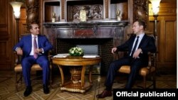 Russia - Prime Minister Dmitry Medvedev (R) meets with his Armenian counterpart Hovik Abrahamian, Moscow, 9Jul2015.