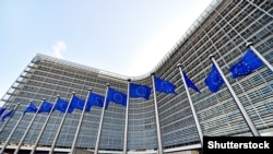 Бельгия - Флаги ЕС, поднятые ветром перед штаб-квартирой Европейской комиссии, также известной как здание Берлемон, 16 марта 2016 года в Брюсселе.