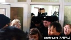 В зале Сарыаркинского районного суда. Астана, 15 января 2016 года.
