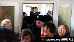 Болатбек Біләловтің сотына кіре алмай тұрған жұрт. Астана, 15 қаңтар 2016 жыл.