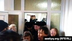 Қоғамдық белсенді Болатбек Біләловтің сотына кіре алмай тұрған адамдар. Астана, 15 қаңтар 2016 жыл.
