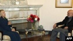 دامریکا د بهرنیو چارو وزیره هیلري کلنټن د افغانستان ولسمشر حامدکرزي سره ویني.۲۰ اکتوبر.۲۰۱۱کال