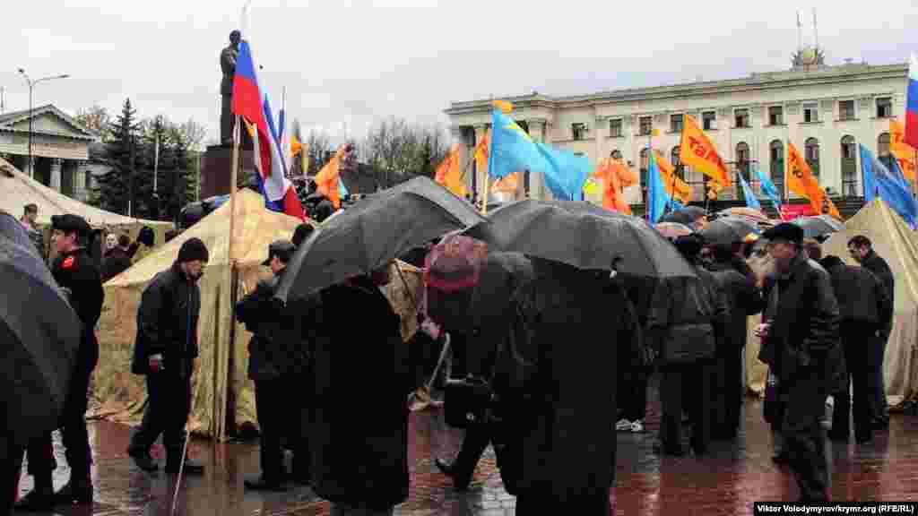 Yanukoviç tarafdarlarından bir qaç adımda Ukraina prezindentligine muhalefet namzetine qol tutqan insanlar yerleşti.