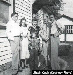 Сям'я Кітоў са старэйшым сынам Уладзімерам і сябрамі. ЗША, 1950 год