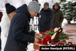 К зданию аэропорта Ростова-на-Дону несут цветы, свечи и детские игрушки