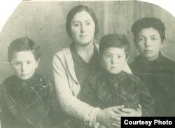 Hüseyn Arif (solda) anası və qardaşları ilə…